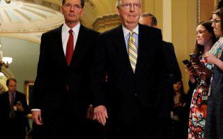 Ο ηγέτης της πλειοψηφίας στη Γερουσία, Μιτς Μακόνελ (δεξιά), δυσκολεύεται να περάσει το νομοσχέδιο για το Obamacare.