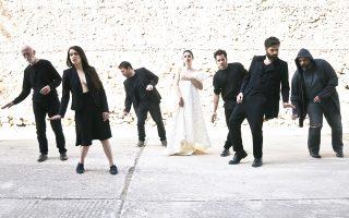 Στιγμιότυπο από την παράσταση της Ιούς Βουλγαράκη, «Αφιξις», στη Μικρή Επίδαυρο, στις 7 και 8 Ιουλίου.
