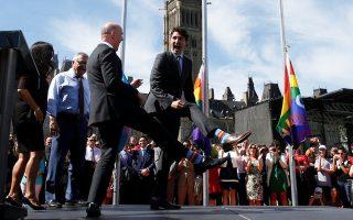 Τις κάλτσες τους συγκρίνουν ο Τριντό και ο βουλευτής Ράντι Μπουασονό στην παρέλαση Gay Pride του Τορόντο στις 14 Ιουνίου.