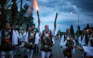 Λεπτομέρεια από παρέλαση πανηγυριστών στον Καλοκαιρινό Αη-Συμιό, Μεσολόγγι. Φωτογραφία του Μιχάλη Παππά.
