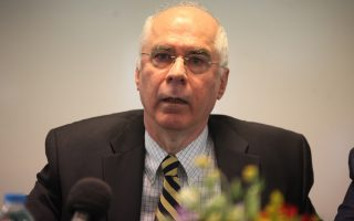«Καλύτερα φτωχότεροι, παρά επιφανειακά πλουσιότεροι με δανεικά», λέει ο εκπρόσωπος της Ελλάδας στο ΔΝΤ, Μιχάλης Ψαλιδόπουλος.