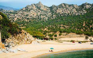 Η παραλία Παχιά Άμμος στη νότια πλευρά του νησιού προσφέρεται για παιδιά. (Φωτογραφία: VISUALHELLAS.GR)