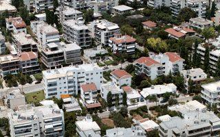 Νεόδμητο διαμέρισμα στους Αμπελοκήπους που πωλήθηκε 270.000 ευρώ πριν από την οικονομική κρίση, σήμερα πωλείται αντί μόλις 120.000 ευρώ, με την υποχώρηση της αξίας να αγγίζει το 125%. Αντίστοιχα, τρεις φορές χαμηλότερα πωλείται σήμερα κτίριο γραφείων στην πλ. Βάθης, από 600.000 ευρώ το 2009 σε 200.000 ευρώ.