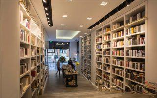 «Οταν το κράτος δεν μπορεί να χρηματοδοτήσει τον πολιτισμό, δεν μπορούμε να του ζητάμε περισσότερα», λέει η Αρετή Γεωργιλή του βιβλιοπωλείου Free Thinking Zone.
