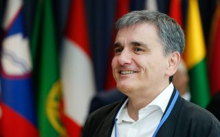 tsakalotos-perissoteri-safineia-meta-to-eurogroup0