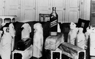 Μπουκάλια ουισκιού, κρυμμένα μέσα σε κούφιες φρατζόλες ψωμί, στις Ηνωμένες Πολιτείες κατά την περίοδο της Ποτοαπαγόρευσης, το 1924. (AP Photo)