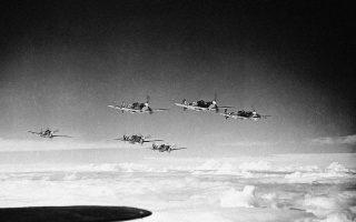 Πολεμικά καταδιωκτικά αεροπλάνα «Spitfire» της βρετανικής Βασιλικής Αεροπορίας (RAF) πραγματοποιούν περιπολία κάπου στον βρετανικό εναέριο χώρο, το 1941. (AP Photo)