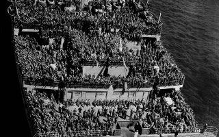 14.000 Αμερικανοί στρατιώτες που επιστρέφουν από τα πολεμικά μέτωπα της ηπειρωτικής Ευρώπης, έχουν κατακλύσει τα καταστρώματα του βρετανικού πολυτελούς κρουαζιερόπλοιου «HMS Queen Mary», το οποίο διασχίζει τον Ατλαντικό Ωκεανό, με κατεύθυνση το λιμάνι της Νέας Υόρκης, το 1945. (AP Photo)