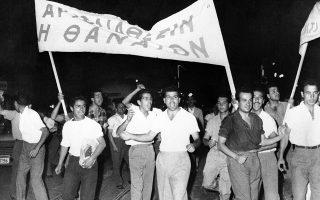 Φοιτητές πανεπιστημίου κρατούν ένα πανό με το σύνθημα «Αυτοδιάθεση ή Θάνατος», σε μία διαδήλωση στην Αθήνα υπέρ της αυτοδιάθεσης της Κύπρου, το 1958. Αψηφώντας την απαγόρευση της διαδήλωσης που επέβαλε το υπουργείο Εσωτερικών, 1.000 περίπου φοιτητές κατέβηκαν στους δρόμους, για να λάβουν μέρος στη διαδήλωση κατά της αγγλικής κυριαρχίας στη Μεγαλόνησο. (AP Photo)