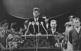 Ο Αμερικανός πρόεδρος Τζον Φιτζέραλντ Κένεντι εκφωνεί τον διάσημο λόγο του στο Δυτικό Βερολίνο, ο οποίος περιέχει τη μνημειώδη φράση