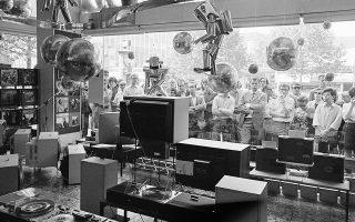 Κάτοικοι του Βερολίνου στέκονται μπροστά από τη βιτρίνα ενός καταστήματος με ηλεκτρονικά είδη και παρακολουθούν στις τηλεοπτικές οθόνες την έναρξη της διαστημικής αποστολής Απόλλων 11, στόχος της οποίας ήταν η προσεδάφιση ανθρώπων στη Σελήνη, το 1969. (AP Photo/Edwin Reichert)