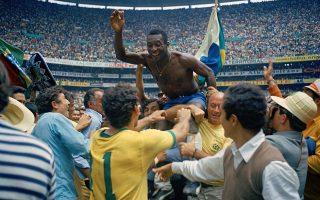 Ο θρύλος του παγκόσμιου ποδοσφαίρου Έντσον Αράντες ντο Νασιμέντο, ευρύτερα γνωστός Πελέ, βρίσκεται σηκωμένος στους ώμους των συμπαικτών του, μετά την κατάκτηση του τρίτου Παγκοσμίου Κυπέλλου από την εθνική ομάδα της Βραζιλίας, το 1970. Μετά τις κατακτήσεις του 1958 και του 1962, η Βραζιλία νίκησε με 4-1 την Ιταλία στον τελικό του Παγκοσμίου Κυπέλλου του Μεξικό, με τον Πελέ να σκοράρει το πρώτο γκολ της ομάδας του και να δίνει ασίστ για τα δύο επόμενα. (AP Photo)