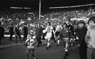 Οι ποδοσφαιρικές ομάδες του Παναθηναϊκού και του Άγιαξ εισέρχονται στον αγωνιστικό χώρο του σταδίου Γουέμπλει του Λονδίνου για τον τελικό του Κυπέλλου Πρωταθλητριών Ευρώπης της αγωνιστικής περιόδου 1970-71. Παρότι ο Παναθηναϊκός ηττήθηκε με 2-0 από τον Άγιαξ του Γιόχαν Κρόιφ, η συμμετοχή του ΠΑΟ στον τελικό έχει μείνει στην ιστορία ως η κορυφαία στιγμή του ελληνικού ποδοσφαίρου σε διασυλλογικό επίπεδο. (ΑP Photo/Laurence Harris)