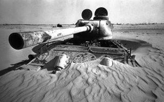 Τέσσερα χρόνια μετά τον Πόλεμο των Έξι Ημερών ή Αραβοϊσραηλινό Πόλεμο, ένα αιγυπτιακό τεθωρακισμένο όχημα βρίσκεται καλυμμένο από την άμμο στο όρος Σινάι της Αιγύπτου, το 1971. (ΑP Photo/Brian Calvert)