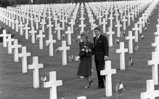 O Αμερικανός πρόεδρος Ρόναλντ Ρήγκαν και η Πρώτη Κυρία Νάνσυ Ρήγκαν περπατούν ανάμεσα στους χιλιάδες τάφους του αμερικανικού νεκροταφείου στην παραλία της Ομάχα της Νορμανδίας στη βόρεια Γαλλία, κατά τον εορτασμό της 40ης επετείου της συμμαχικής απόβασης στη Νορμανδία (D-Day), το 1984. (AP Photo/Bob Daugherty)