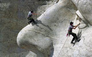 Οι δασοφύλακες Μπομπ Κρίσμαν και ο Καρλ Μπάχμαν του επίσημου σώματος «National Park Service Rangers», πραγματοποιούν εργασίες συντήρησης στη γρανιτένια μορφή του Τόμας Τζέφερσον στο Εθνικό Μνημείο του Όρους Ράσμορ στη Νόρια Ντακότα των ΗΠΑ, το 1992. (AP Photo/Jim Mone)