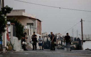 Άντρες των ΜΑΤ έξω από σπίτια στην περιοχή Αυλίζα του δήμου Αχαρνών κατά τη διάρκεια αστυνομικής επιχείρησης, έπειτα από τον θάνατο του μαθητή από σφαίρα