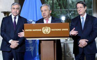 Ο γ.γ. του ΟΗΕ Αντόνιο Γκουτιέρες με τον Νίκο Αναστασιάδη και τον Μουσταφά Ακιντζί (φωτογραφία αρχείου).