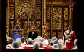 Η βασίλισσα Ελισάβετ και ο πρίγκιπας Κάρολος στη Βουλή των Λόρδων, κατά την επίσημη πρεμιέρα του νέου κοινοβουλίου.