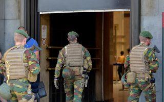 Βέλγοι στρατιώτες περιπολούν γύρω από τον κεντρικό σταθμό των Βρυξελλών.