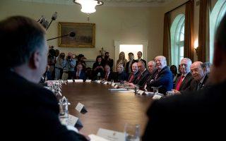 Χαμογελαστός ο πρόεδρος Τραμπ, ακούει τους υπουργούς του να τον επαινούν στο υπουργικό συμβούλιο της περασμένης Δευτέρας στον Λευκό Οίκο.
