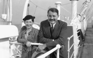 Ο Ερνεστ και η Πολίν Χέμινγουεϊ φωτογραφίζονται στο κατάστρωμα πλοίου στις 3 Απριλίου του 1934.