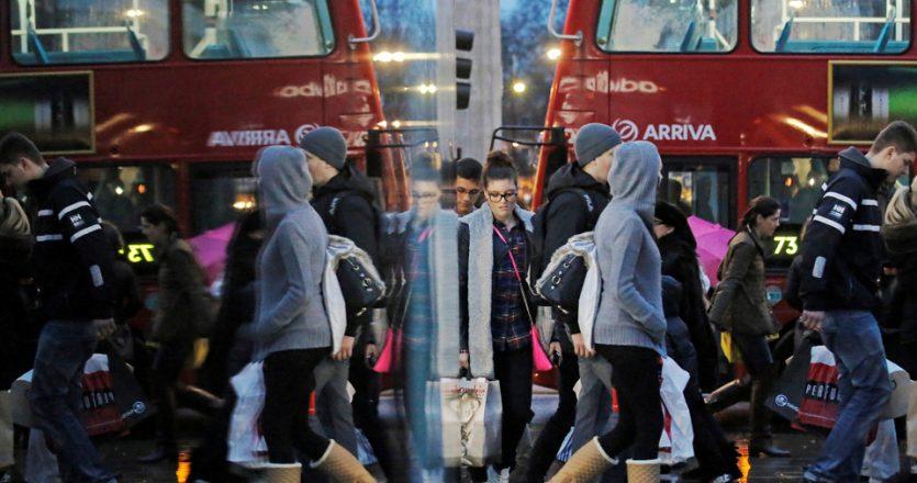 Στο «Ποτέ και πουθενά» του Νιλ Γκέιμαν αποκαλύπτεται ένα δεύτερο, υπόγειο Λονδίνο, σαν ένα παράλληλο σύμπαν στο οποίο παγιδεύεται ο κεντρικός χαρακτήρας. Στη φωτογραφία, Λονδρέζοι καταναλωτές καθρεφτίζονται στις βιτρίνες των καταστημάτων της Οξφορντ Στριτ προκαλώντας την ψευδαίσθηση δύο αντιθετικών, παράλληλων κόσμων.