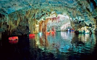Στο λιμναίο τμήμα του σπηλαίου Βλυχάδα Διρού. (Φωτογραφία: VISUALHELLAS.GR)