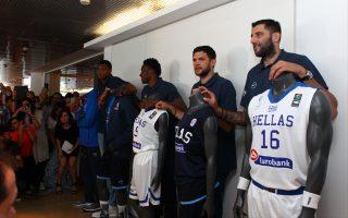 Παρουσιάστηκαν χθες οι νέες εμφανίσεις της εθνικής μπάσκετ ενόψει του Ευρωμπάσκετ, που θα αρχίσει στις 31 Αυγούστου. Παρ' όλα αυτά, η ελληνική ομάδα παραμένει χωρίς προπονητή.