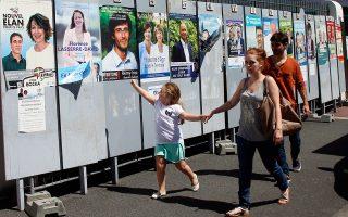 Σήμερα 11 και την ερχόμενη Κυριακή 18 Ιουνίου ψηφίζουν οι Γάλλοι για να εκλέξουν 577 αντιπροσώπους για το Κοινοβούλιο. Η τελευταία δημοσκόπηση έδινε στο κόμμα του Γάλλου προέδρου Εμανουέλ Μακρόν 350-380 έδρες.