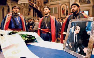 Η πολιτειακή και πολιτική ηγεσία της χώρας και μεγάλο πλήθος πολιτών, επωνύμων και ανωνύμων, αποχαιρέτισαν χθες τον Κωνσταντίνο Μητσοτάκη. Στην εξόδιο ακολουθία που εψάλη χθες στη Μητρόπολη Αθηνών παρέστησαν ο πρωθυπουργός Αλέξης Τσίπρας και οι πρώην πρωθυπουργοί Κώστας Καραμανλής, Αντώνης Σαμαράς, Κώστας Σημίτης και Γιώργος Παπανδρέου. Επικήδειο εκφώνησαν ο Πρόεδρος της Δημοκρατίας Προκόπης Παυλόπουλος, ο πρόεδρος της Κύπρου Νίκος Αναστασιάδης και ο πρόεδρος της Ν.Δ. Κυριάκος Μητσοτάκης.