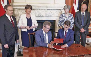 Η συμφωνία για τη στήριξη κυβέρνησης των Συντηρητικών από το βορειοϊρλανδικό DUP δεν υπεγράφη από την πρωθυπουργό Τερέζα Μέι, αλλά από τον επικεφαλής της κοινοβουλευτικής ομάδας του κόμματος, σημάδι ότι η συμφωνία ίσως επιβιώσει πολιτικά περισσότερο από τη Μέι.