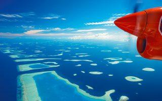 Επιλέξτε παράθυρο -η πτήση πάνω από τις Μαλδίβες είναι από τις εντυπωσιακότερες στον κόσμο. (Φωτογραφία: GETTY IMAGES/IDEAL IMAGE)