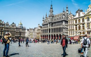 Άποψη της Grand-Place, μιας από τις ωραιότερες πλατείες του κόσμου. Διακρίνεται το Μουσείο της Πόλης των Βρυξελλών. (Φωτογραφία: GETTY IMAGES/IDEAL IMAGE)