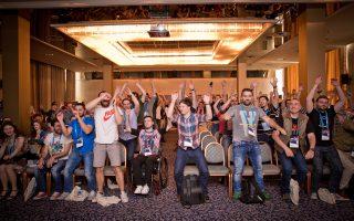 Στο συνέδριο του «Devit» στη Θεσσαλονίκη, κάθε χρόνο δίνουν ραντεβούκορυφαίοι προγραμματιστές,με σκοπό να δημιουργήσουν διασυνδέσεις και να προωθήσουν το remote working, δηλαδή την εργασία από απόσταση.