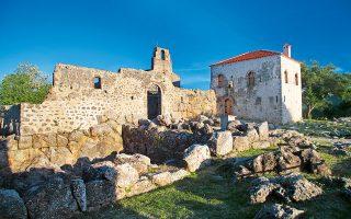 Το Νεκρομαντείο του Αχέροντα και η Μονή Αγίου Ιωάννη Θεολόγου εντός του. (Φωτογραφία: ΟΛΓΑ ΧΑΡΑΜΗ)