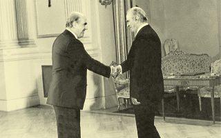 21 Oκτωβρίου 1981: ο νέος πρωθυπουργός της χώρας Ανδρέας Παπανδρέου ανταλλάσσει χειραψία με τον Πρόεδρο της Δημοκρατίας Κωνσταντίνο Καραμανλή, αμέσως μετά την ορκωμοσία της πρώτης κυβέρνησης του ΠΑΣΟΚ.