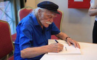 Ο Μανώλης Γλέζος υπογράφει βιβλία κατά τη διάρκεια της παρουσίας του νέου του βιβλίου  «ΑΚΡΩΝΥΜΙΑ», στην αίθουσα εκδηλώσεων της Βουλής.