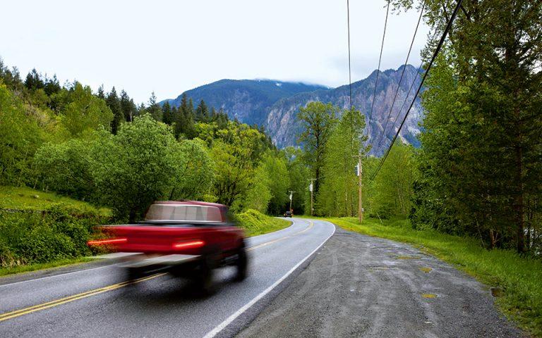 Οδηγώντας υπό βροχή στον Southeast Reing Road. Το «Twin Peaks» είναι, πάνω απ' όλα, ατμόσφαιρα...(Φωτογραφία: REUTERS/Jason Redmond)