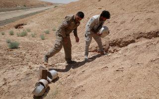 Κούρδοι μαχητές εξουδετερώνουν νάρκες των τζιχαντιστών στα περίχωρα της Ράκα.