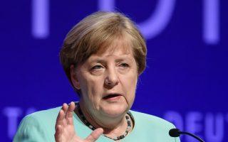 Η καγκελάριος Αγκελα Μέρκελ στο βήμα της ετήσιας συνόδου της Ενωσης Γερμανικών Βιομηχανιών, στο Βερολίνο.