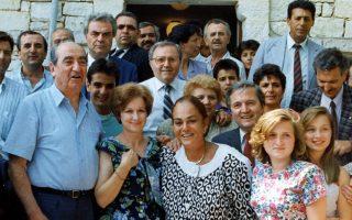 Ο Νίκος Γκατζογιάννης καλωσορίζει τον Κωνσταντίνο Μητσοτάκη και τη σύζυγό του Μαρίκα στο χωριό καταγωγής του, Λια Φιλιατών, στην ορεινή Hπειρο, το καλοκαίρι του 1990.