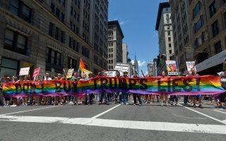 ipa-me-synthimata-kata-toy-tramp-to-gay-pride-sti-nea-yorki0