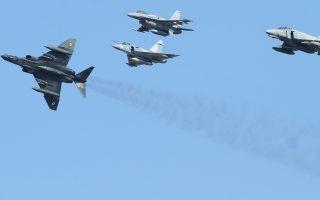 Τουρκικά Φάντομ συνοδευόμενα από δύο οπλισμένα F-16 ενεπλάκησαν στα νοτιοανατολικά της Χίου με δύο ελληνικά μαχητικά, που είχαν απογειωθεί προκειμένου να τα αναχαιτίσουν.