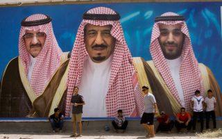 Ο βασιλιάς Σαλμάν ανάμεσα στον γιο του, Μοχάμεντ μπιν Σαλμάν (δεξιά), και στον ανιψιό του, Μοχάμεντ μπιν Νάγεφ, σε γιγαντοαφίσα στην πόλη Ταΐφ.