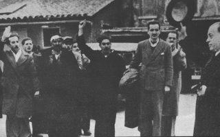 Χανιά, φυλακές Αγιάς, 25 Mαρτίου 1944. Αποφυλάκιση του Κωνσταντίνου Μητσοτάκη μετά την πρώτη του καταδίκη σε θάνατο από τους Γερμανούς.