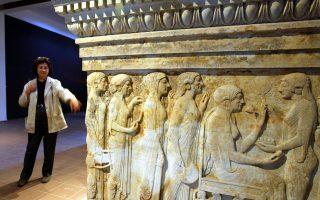 Η διευθύντρια του μουσείου, Νουρτέν Σεβίντς, δείχνει την αρχαία σαρκοφάγο της Τροίας στο Αρχαιολογικό Μουσείο του Τσανάκαλε.
