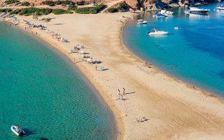 Η Κολώνα, η πιο διάσημη παραλία της Κύθνου, με την αμμουδερή γλώσσα που τη χωρίζει στα δύο. (Φωτογραφία: SHUTTERSTOCK)
