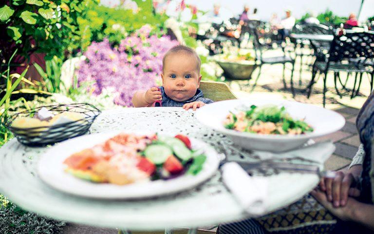 Τρώγοντας έξω παρέα με την μπέμπα