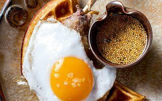 ΛΟΝΔΙΝΟ- Το «κλειδί» στο πιάτο Duck & Waffle17 είναι να τρώτε μπουκιές που συνδυάζουν  όλες τις γεύσεις. (Φωτογραφία: Ming Tang-Evans)